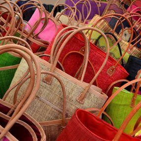 Een verzameling kleurrijke tassen