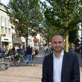 Youssef Boutachekourt in de hoofdstraat op een winkeldag